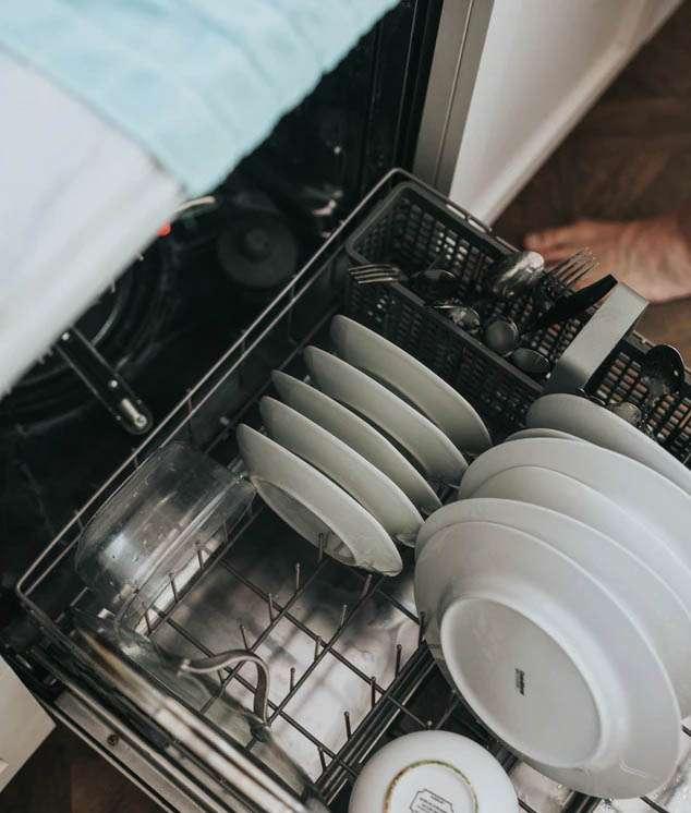 Lavar los platos con lavavajillas