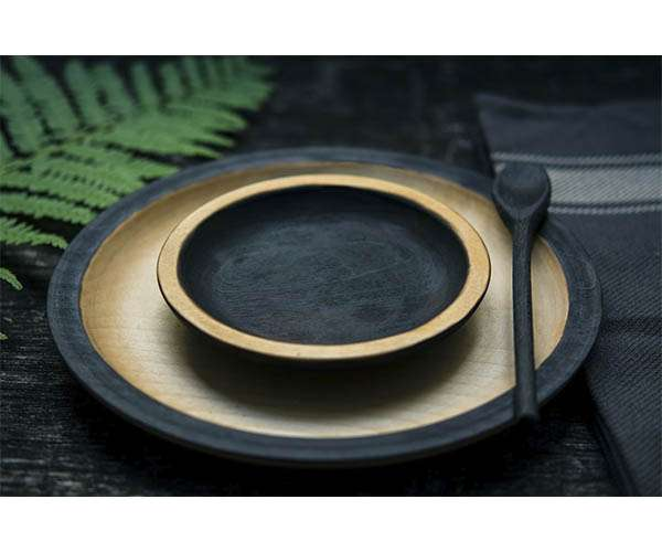 Platos de madera de color negro