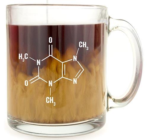 Taza de café de cristal con molécula de cafeína
